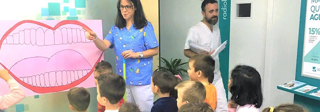 Nuestra odontopediatra juega con niños en Cuevas del Almanzora