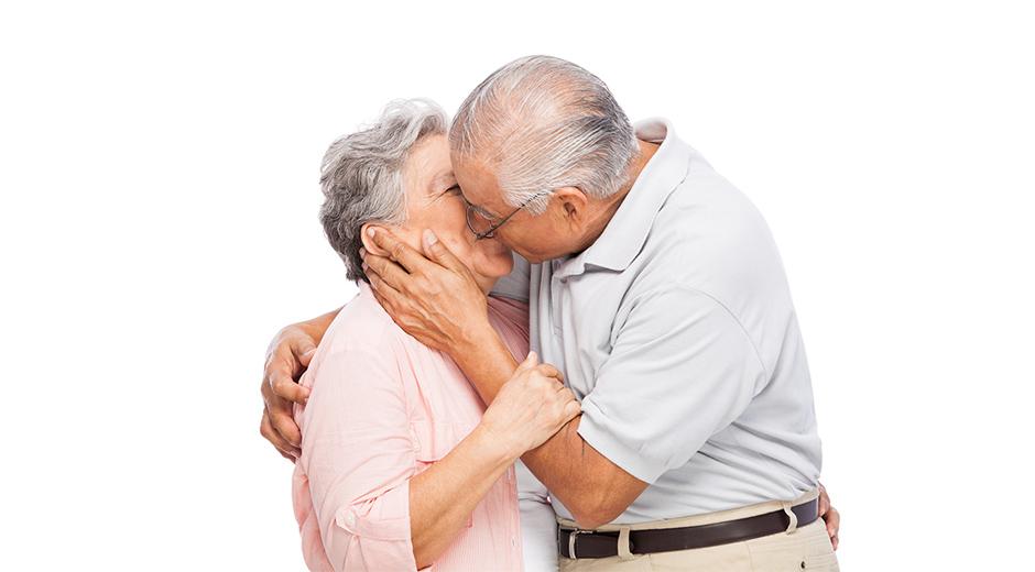 Mayores dándose un beso mejoran su salud bucodental